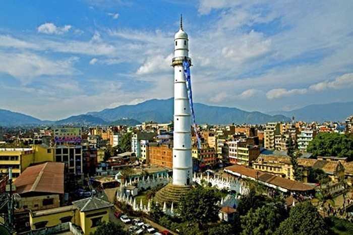 Tòa Tháp Dharahara được xây dựng năm 1832 là thắng cảnh thu hút du khách bậc nhất thủ đô, được coi là một báu vật của đất nước Nepal. Tòa tháp màu trắng, đỉnh được ốp đồng và có một cầu thang xoắn hơn 200 bậc tam cấp. Tháp có ban công rất rộng, cho du khách phóng tầm mắt chiêm ngưỡng vẻ đẹp tự nhiên của thung lũng Kathmandu.
