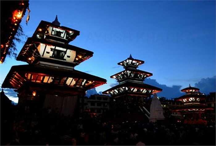 Khu đền chùa Basantapur nằm bên cạnh quảng trường trung tâm thành phố Kathmandu. Đây là một quần thể đền tháp Ấn giáo và các công trình ngày trước là cung điện với mái ngói trầm tối, lúc nào cũng đông nghịt du khách.