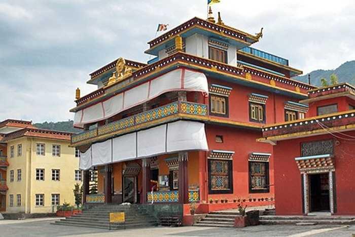 Tu viện Jangchub Choeling nổi bật giữa lòng Tashi Pakhel với màu sắc rực rỡ.