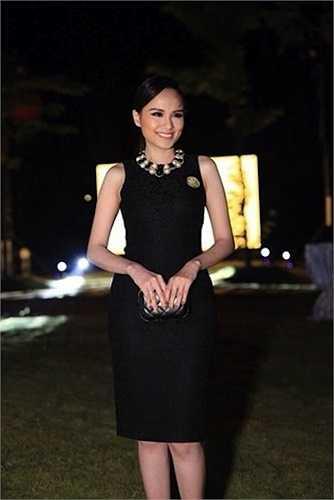 Diễm Hương tự tin mặc váy ôm.