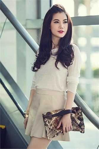 Phong cách ăn mặc của nữ diễn viên sinh năm 1976 rất trẻ trung và quyến rũ.