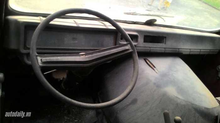 Sau 30 năm sử dụng và trưng bày, màu sơn và các chi tiết cơ bản vẫn giữ như lúc ban đầu, dù ngoại thất chiếc xe đã 'tàn phai' theo thời gian.