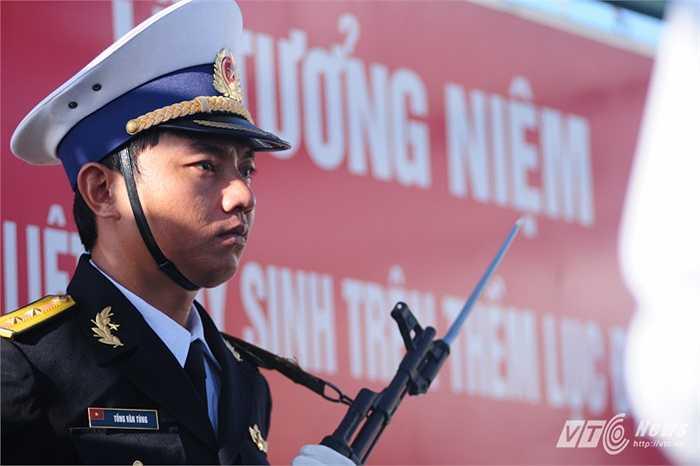 Chiến sỹ tiêu binh Hải quân trong lễ tưởng niệm các liệt sỹ hi sinh trên khu vực Trường Sa, thềm lục địa phía Nam
