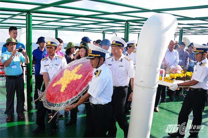 Rước vòng hoa trên tàu HQ-996