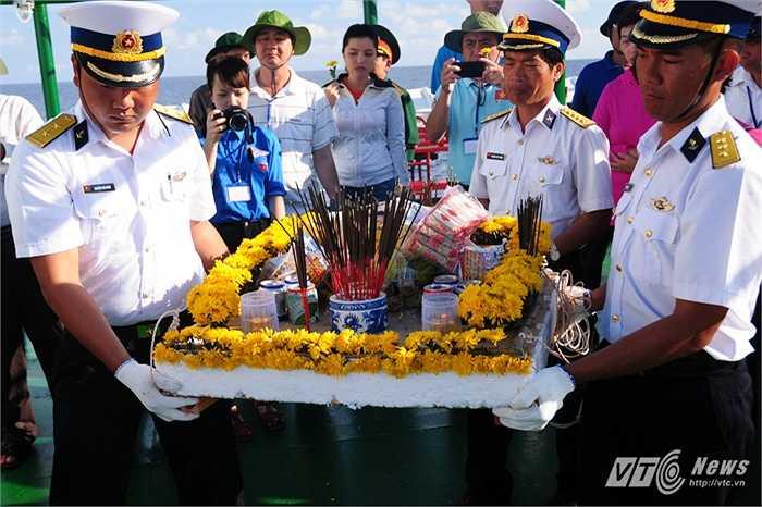 Bàn thờ các liệt sỹ rước trên tàu HQ-996