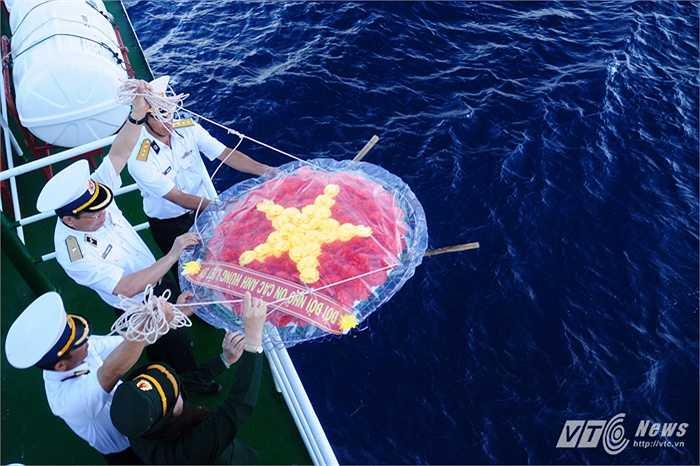 Thả vòng hoa tưởng niệm các liệt sỹ xuống Biển Đông