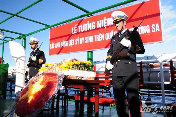 Khung cảnh buổi lễ tưởng niệm các liệt sỹ hi sinh trên khu vực quần đảo Trường Sa