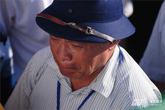 Người cựu chiến binh xúc động trong lễ tưởng niệm