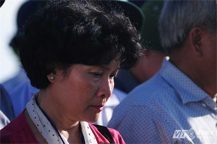 Khuôn mặt xúc động của người phụ nữ trong lễ tưởng niệm