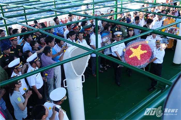 Chuẩn bị thả vòng hoa xuống Biển Đông