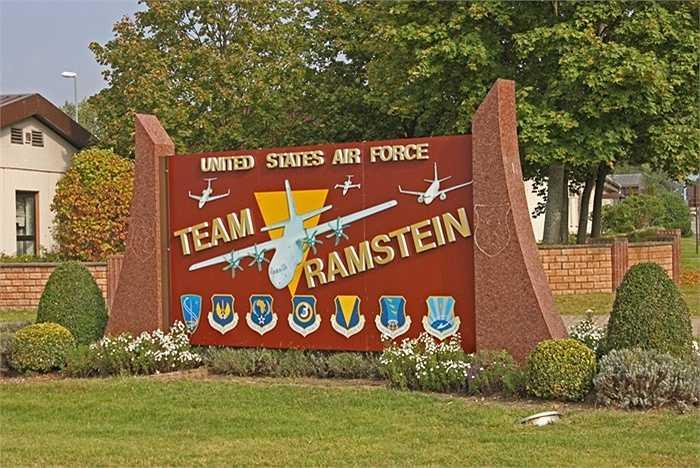 Ramstein được xây dựng tại vùng Đông Bắc nước Đức và là một trong những căn cứ không quân nhộn nhịp nhất thế giới. Riêng trong năm 2013 đã có khoảng 33.000 lượt trung chuyển tại đây