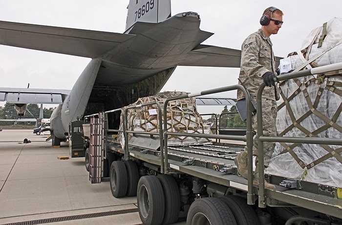 Nhu yếu phẩm và trang thiết bị quân sự là những mặt hàng chính qua căn cứ này