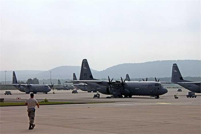 Ngoài ra còn có máy bay C-130J có biệt danh Super Hercules