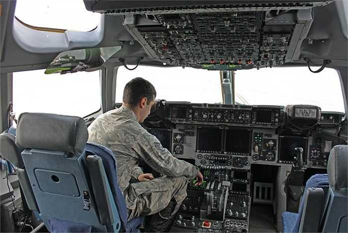 Cận cảnh bên trong buồng lái máy bay