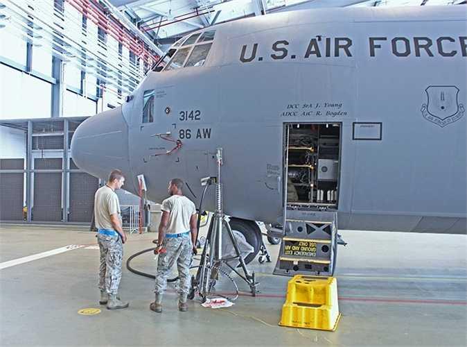 Các nhân viên đang bảo dưỡng máy bay
