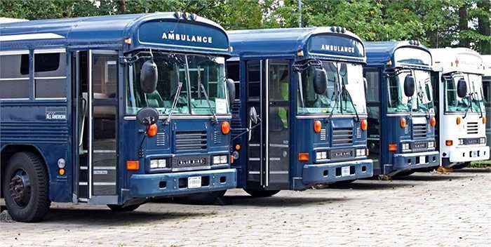 Ngoài ra, tại đây được trang bị nhiều phương tiện vận chuyển như xe cấp cứu khẩn cấp để phục vụ các thương binh
