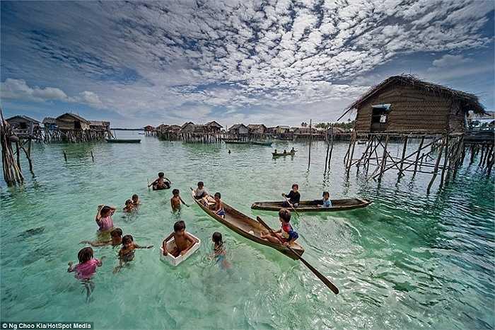 Bajau Laut là bộ tộc du mục trên biển. Mọi sinh hoạt của người Bajau đều diễn ra trên những con thuyền nhỏ