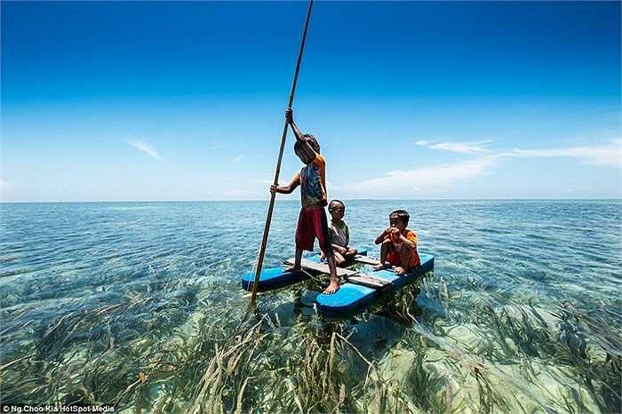 Những đứa trẻ được học cách sinh tồn với biển khơi