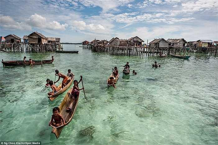Người Bajau có thể lặn ở độ sâu tới 20 m để săn cá, tìm ngọc trai hay hải sâm.