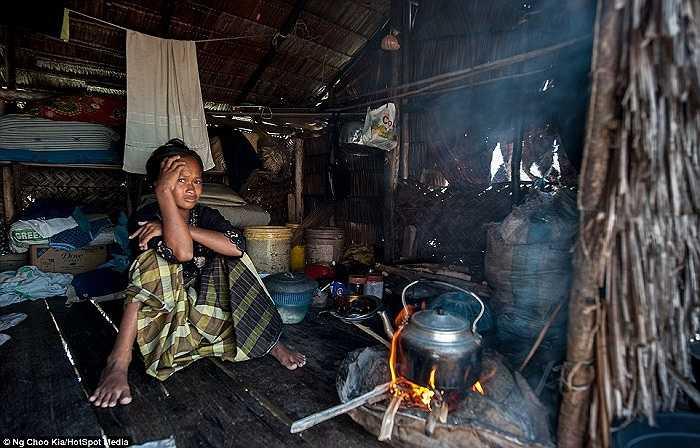 Bên trong căn nhà gỗ nhỏ của người Bajau