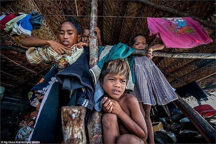 Nhiếp ảnh gia người Malaysia Ng Choo Kia, 43 tuổi đã có chuyến thăm bộ tộc du mục biển cuối cùng trên thế giới và ghi lại những hình ảnh này