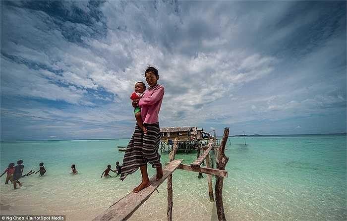 Giữa đại dương mênh mông, người Bajau dựng lên những túp lều nhỏ bé, đơn xơ làm nơi trú ẩn