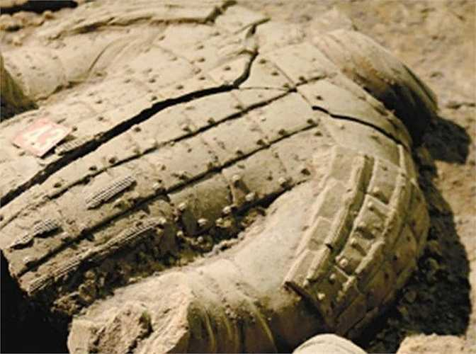 Trong lần khai quật thứ nhất hồi những năm 1990, có 8 bức tượng đất nung không bị vỡ nát và còn nguyên màu sắc được tìm thấy