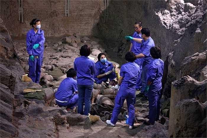 Lăng mộ Tần Thủy Hoàng là lăng mộ ngầm lớn nhất thế giới. Bên trong lăng mộ, một đội quân gồm hơn 7.000 tượng binh sỹ và ngựa chiến bằng đất nung có kích thước y như thật (còn được gọi là Đội quân Đất nung) đã được tìm thấy khi lăng mộ được khai quật hồi năm 1974 và được coi là một kiệt tác của nghệ thuật mai táng.