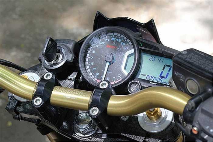 Xe được trang bị tay nắm Barracuda, bộ đồng hồ công tơ mét Koso.