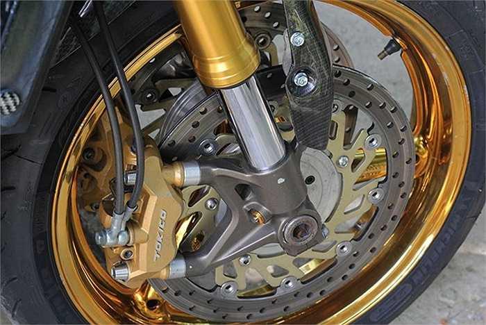 Ngoài cặp vành được mạ vàng, hệ thống phanh đĩa trước kép được thay mới với đường kính 320 mm.