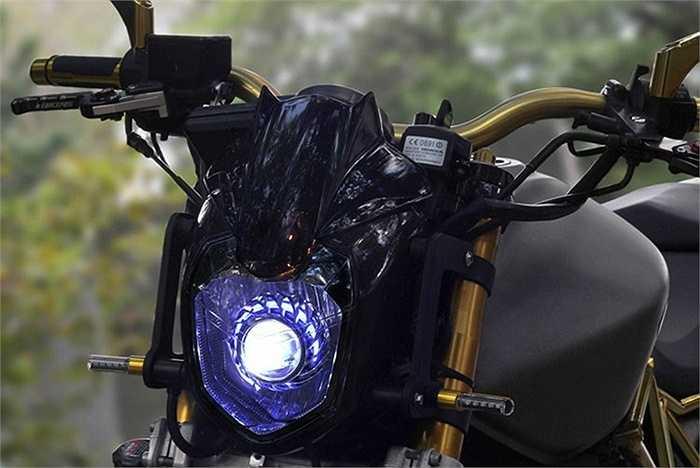 Phần đèn pha trước được độ bóng xenon cực sáng, dàn xi nhan cũng được độ bằng đèn led.