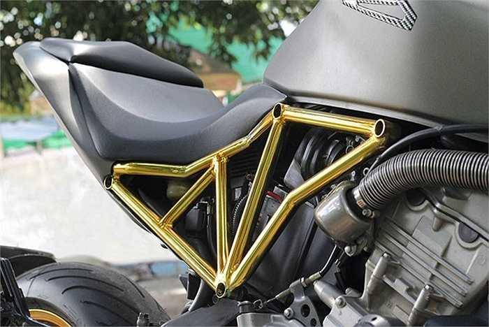 Tạo nên điểm nhấn tổng thể của bản độ Hornet Hyperion phong cách Streetfighter chính là ý tưởng khung sườn dạng lưới mắt cáo mạ vàng 24k.