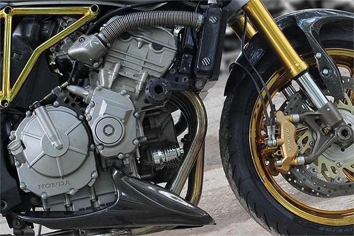 Bộ lọc nhớt hàng độc cũng được tích hợp trn cỗ máy 600cc này.