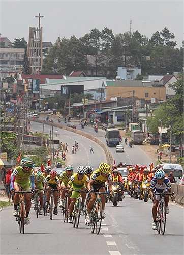 Đoàn đua bứt tốc ở khu vực Hố Nai