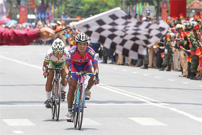 Lúc 11 giờ 30 phút ngày 30-4, Giải  Đua xe đạp toàn quốc tranh Cúp Truyền hình TP HCM lần thứ 27 'Non sông liền một dải' đã kết thúc trước Hội trường Thống Nhất sau chặng đua thứ 19 từ TP Bảo Lộc (Lâm Đồng) về TP HCM dài 165 km.