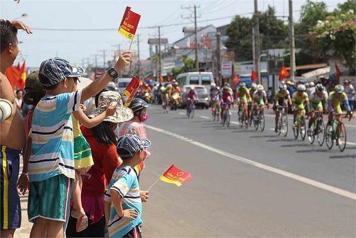 Nhân dân hai bên đường đón chào đoàn đua