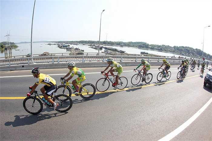 Đoàn đua đi qua khu vực cầu La Ngà