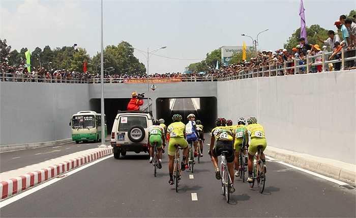 Đoàn đua ở cầu vượt Biên Hòa