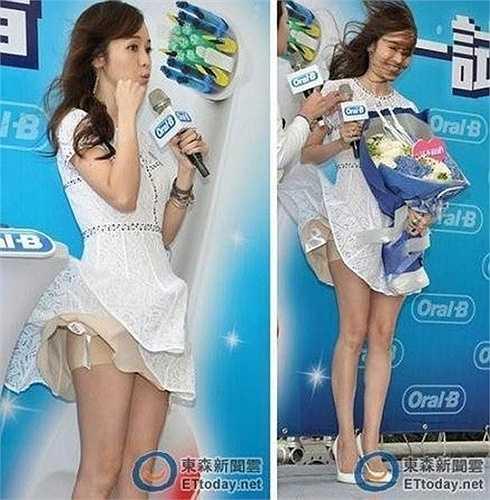 Hầu Bội Sâm là MC có tiếng của Đài Loan và từng gặp sự cố hy hữu trong sự nghiệp. Khi đang dẫn chương trình ngoài trời, cô bị thổi bay váy ngay trước ống kính và đám đông khán giả.