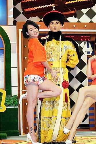 Khi có mặt trong show Khang Hy đến rồi, Tiểu S đã có hành động vô duyên. MC Đài Loan không chỉ đụng chạm mà còn có cử chỉ nhạy cảm với tượng sáp Ngô Kỳ Long.