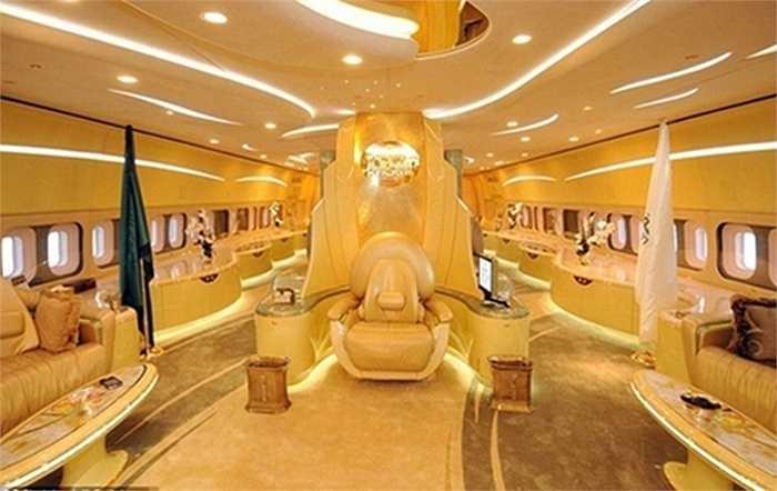 Chiếc máy bay Boeing 747 của các Hoàng thân Ả-rập có giá khoảng 400 triệu USD, bao gồm cả tiền thiết kế lại với nội thất đắt tiền bên trong, chở khoảng được khoảng 600 hành khách trên một chuyến.