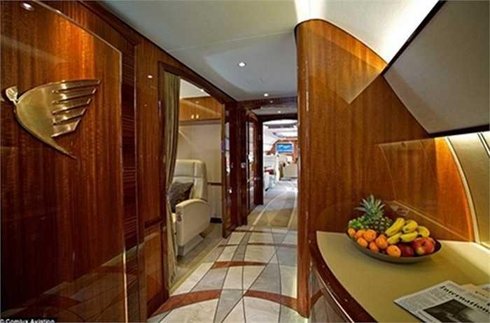 Các nhà sản xuất đã phải tháo dỡ toàn bộ các hàng ghế để thiết kế lại thành một 'du thuyền trên không' với những nội thất sang trọng bậc nhất thế giới.