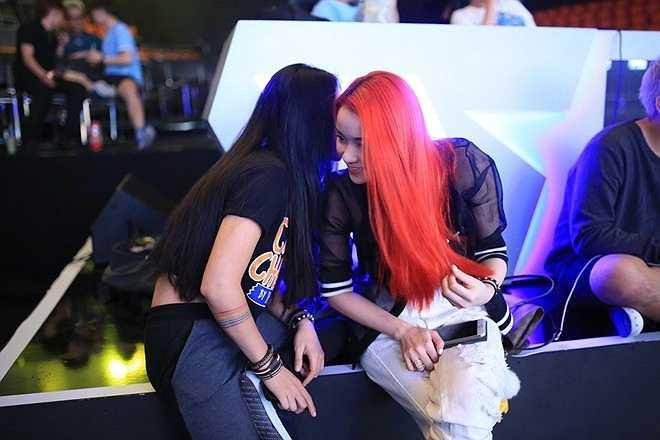 """Trong live show 3 với chủ đề nhạc rock, Huỳnh Minh Thủy quyết định nhuộm mái tóc đỏ rực. """"Tôi sẽ cố gắng chỉn chu hơn về giọng hát và chuẩn bị kỹ hơn trong phần dàn dựng để tránh lặp lại sai lầm"""", cô chia sẻ. Cô đang tất bật tập luyện bản rock Losing grip để chinh phục khán giả."""