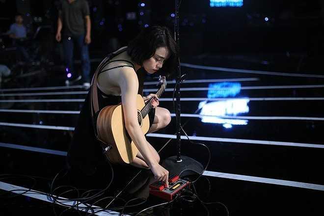 Thái Trinh trình diễn bản What's up và tự tay đệm đàn cho tiết mục của cô. Quen với những ca khúc mang âm hưởng acoustic, người hâm mộ lo lắng nữ ca sĩ sẽ hát rock thế nào.