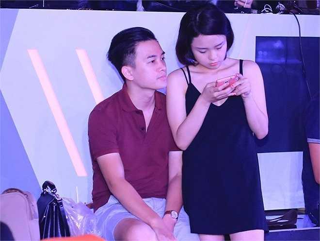 Bạn trai Thái Trinh luôn có mặt để góp ý cho màn trình diễn của người yêu.
