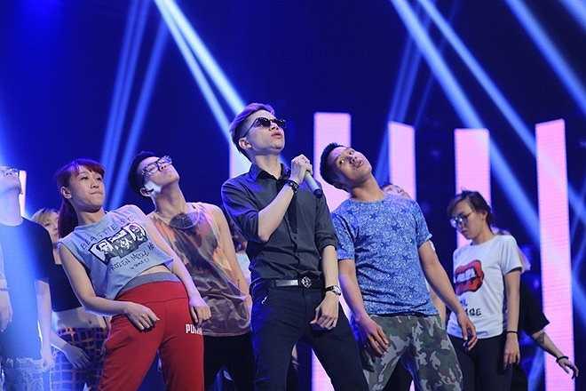 Hoàng Tôn gây ấn tượng mạnh trong live show 2. Tuần này anh chọn ca khúcWhat does the fox say.
