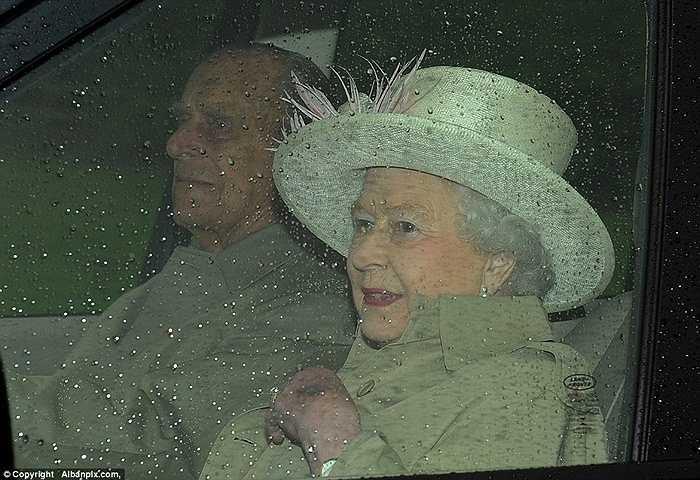 Nữ hoàng Anh hiện vẫn đang bận rộn với công việc của mình theo dự kiến, Nữ hoàng sẽ trở về thăm cháu vào thứ Ba tới