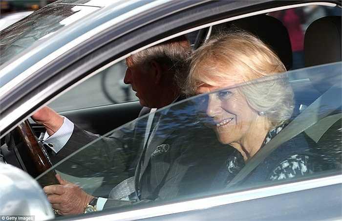 Vợ của Thái tử, nữ công tước xứ Cornwall cũng đi cùng chồng trên chuyến xe này