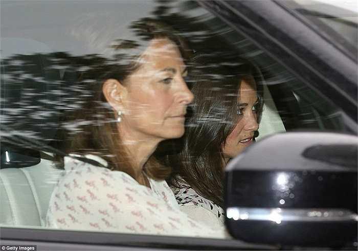 Mẹ ruột của Công nương Kate Middleton cũng nhanh chóng có mặt