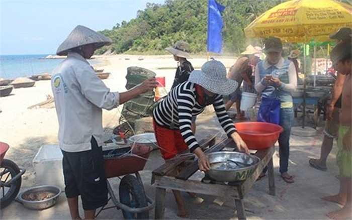 Chợ hải sản tươi sống tại thôn Bãi Hương, xã Tân Hiệp - Cù Lao Chàm (TP Hội An, tỉnh Quảng Nam) họp chợ từ 8 giờ sáng với sản phẩm là thành quả từ những chuyến ra khơi đánh bắt gần bờ của ngư dân vùng đảo.